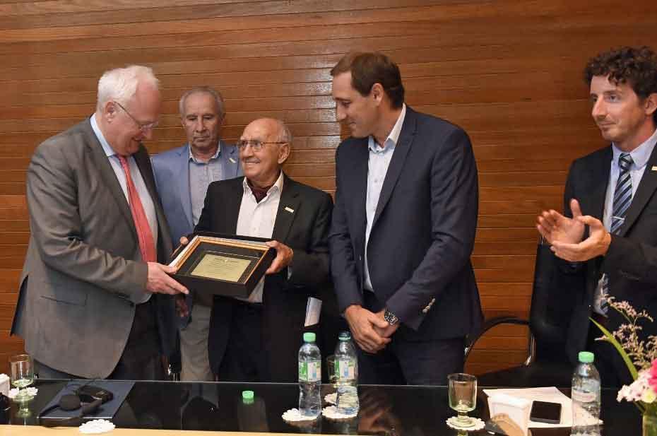 Emiliano Isla Verde hace entrega de una placa al Presidente de la AIM, Christian Zahn, junto al intendente Julio Garro y autoridades del Consejo Directivo.