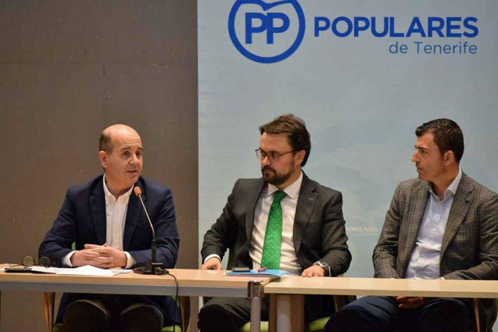 Intervención de Ramón Moreno, primero por la izquierda, en el acto con representantes de organizaciones cívicas y partidos políticos venezolanos celebrado en Santa Cruz de Tenerife.