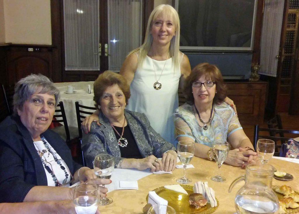 María del Pilar Berzosa, de pie, junto a algunas de las participantes del encuentro.
