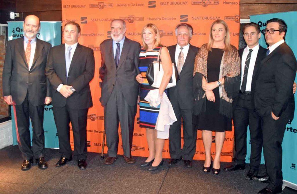 Jaime Lorenzo, Sebastián Grande, gerente de Homero de León, Javier Sangro, su esposa y Benito Grande con otros miembros de su familia.
