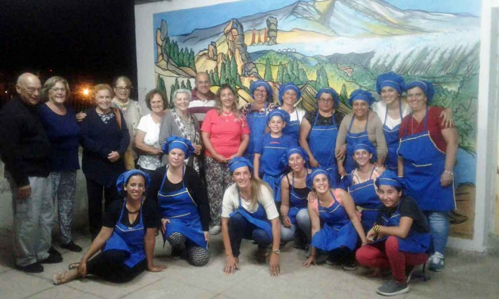 Los directivos Luis Pérez, Marita Betancor, Anabella González, Emilia Aguirre, Gladys Hernández, Mabel Santana, Carlos Aversa y Claudia Pardo junto a los alumnos del curso de panadería.