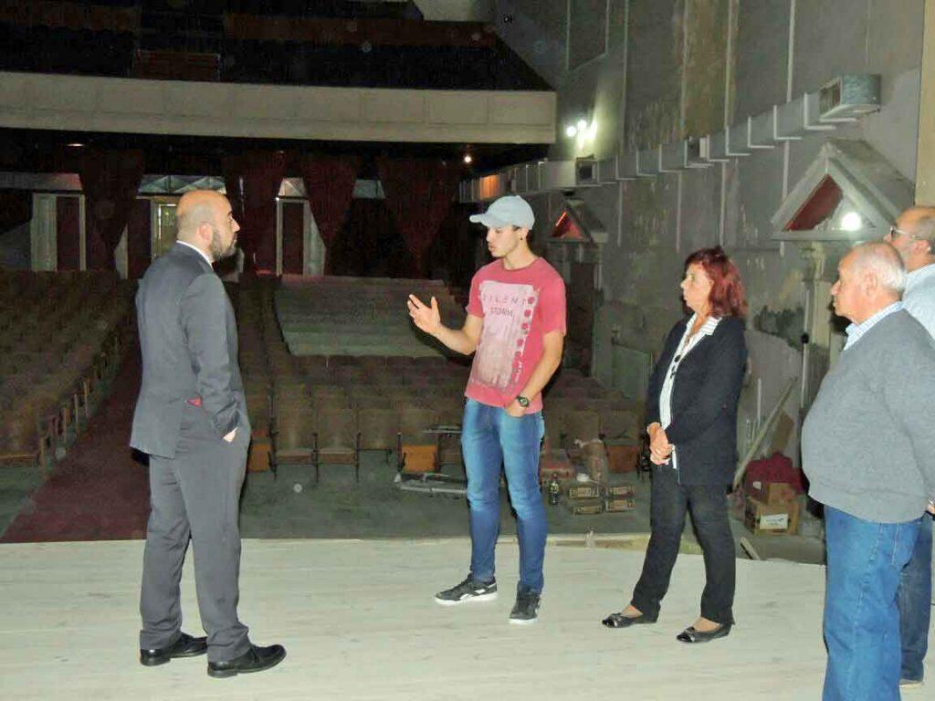 El cónsul español en Bahía Blanca, Carlos Tercero, la visita a las obras de reforma del Teatro Español de la localidad de Punta Alta.