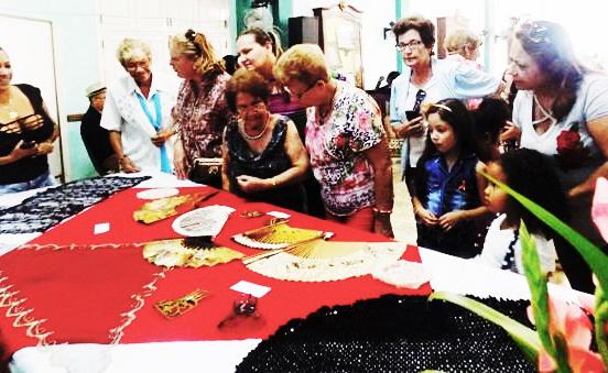 Exposición de mantillas, peinetas, mantones, castañuelas y abanicos traídos a Cuba por mujeres emigrantes.