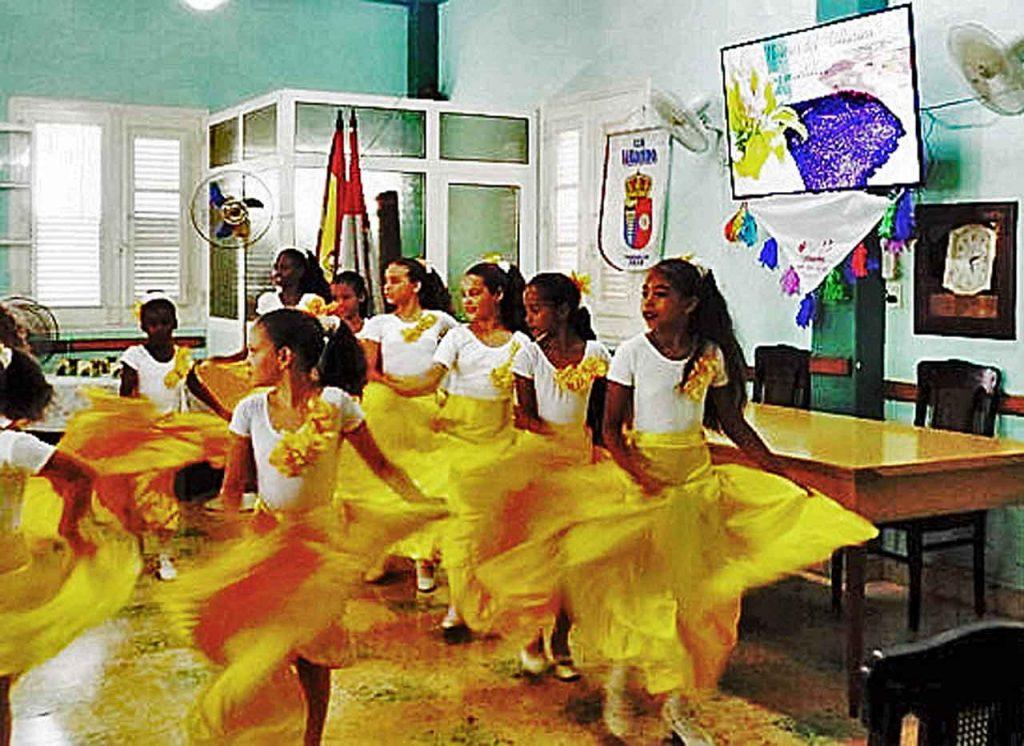 Grupo de baile español 'Nuevo renacer' del Club Villarino.