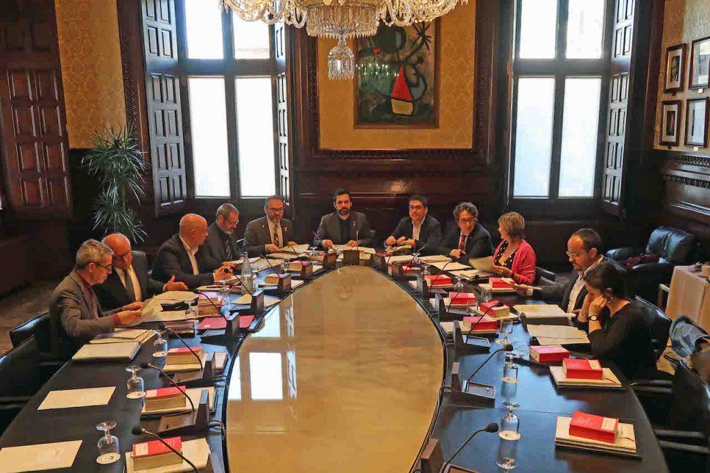 Imagen de la reunión de la Mesa del Parlament de Cataluña, con Roger Torrent al fondo.