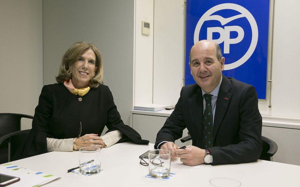 Moreno con Mª Carmen de la Cal, presidenta del PP de Ecuador.