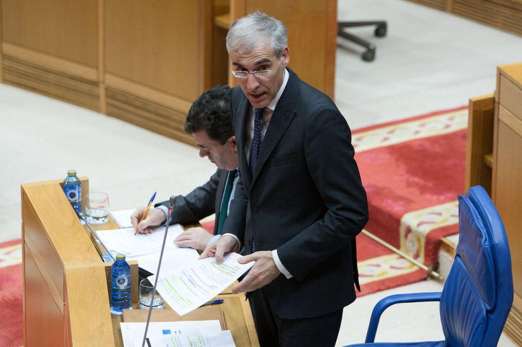 El conselleiro de Economía, Emprego e Industria, Francisco Conde, respondió en el pleno del Parlamento a una pregunta oral.