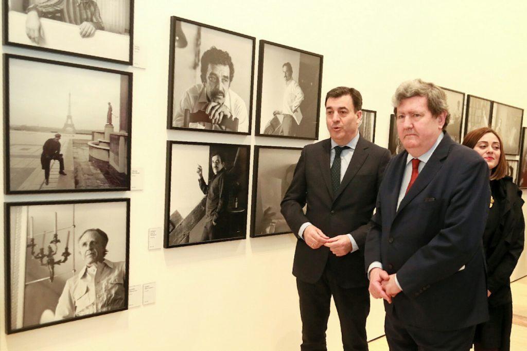 El conselleiro de Cultura, Educación e Ordenación Universitaria, Román Rodríguez González, y el director de Instituto Cervantes, Juan Manuel Bonet, visitaron la muestra.
