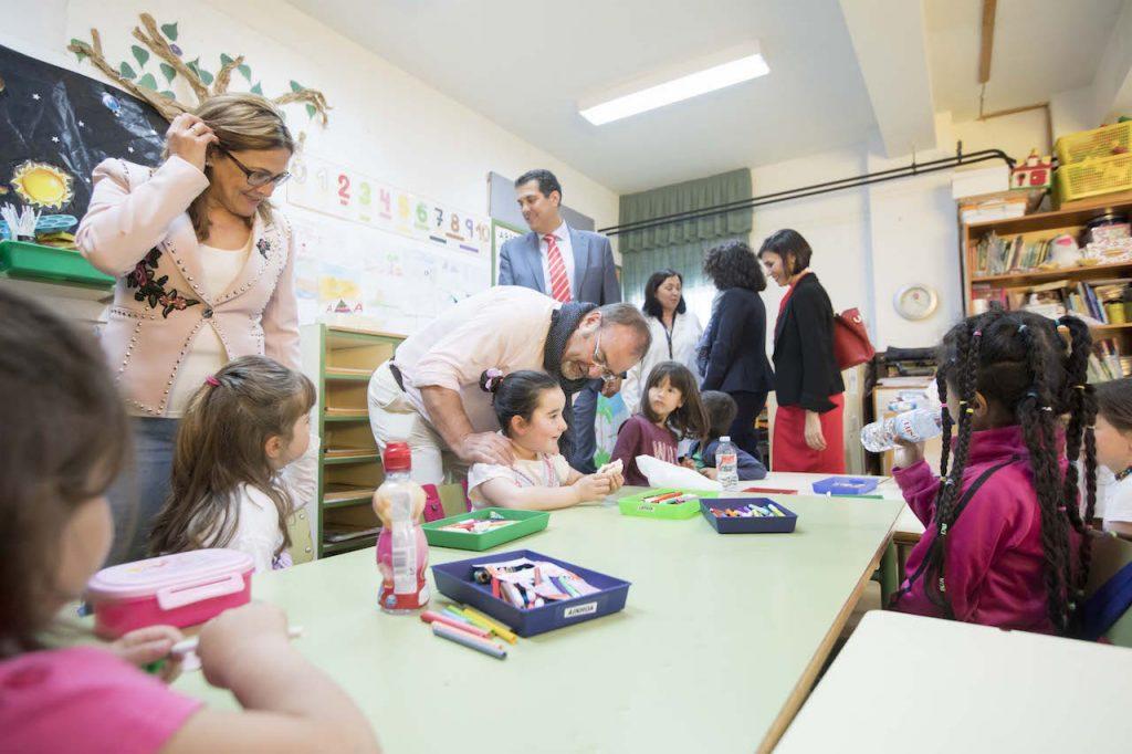 Fernando Rey y María Teresa Martín en un centro educativo de la comarca de Aliste.