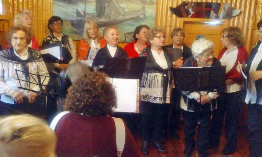 Actuación del coro de la entidad.