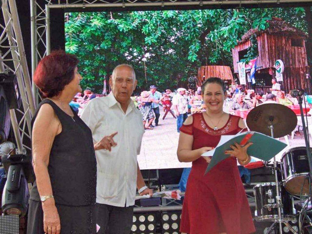 Dalia Cruz (der.) entregó un obsequio al Presidente de Honor de la entidad , Sergio Rabanillo, en nombre de la Comisión de Jóvenes de la Ascyl.