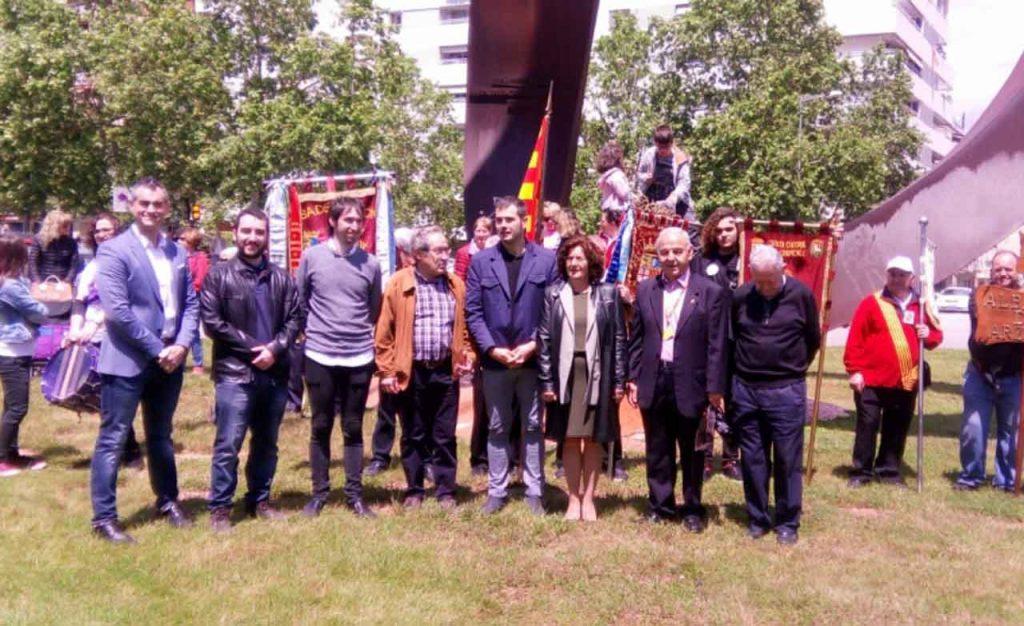 María Victoria Broto, tercera por la derecha, con representantes de las casas de Aragón en Cataluña.