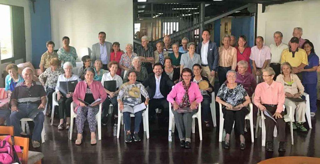 Antonio Rodríguez Miranda con los usuarios del centro de día de la Hermandad Gallega de Venezuela.