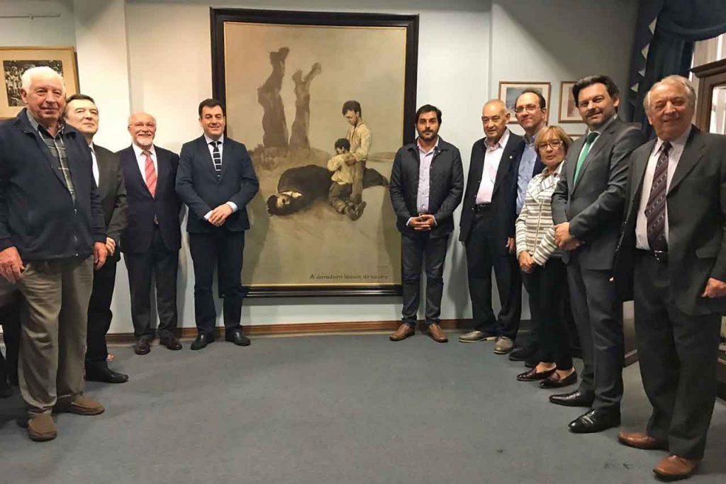 Junto al cuadro de Castelao en el Centro Galicia de la capital argentina.