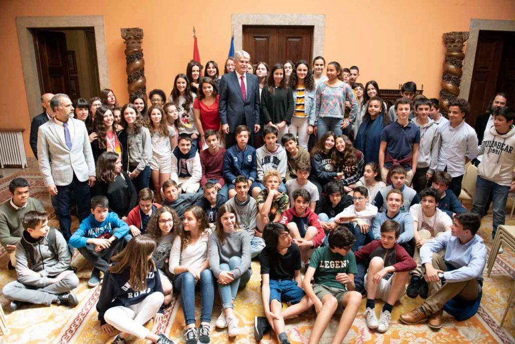 Alfonso Dastis con los alumnos del Instituto  Español Giner de los Ríos de Lisboa.