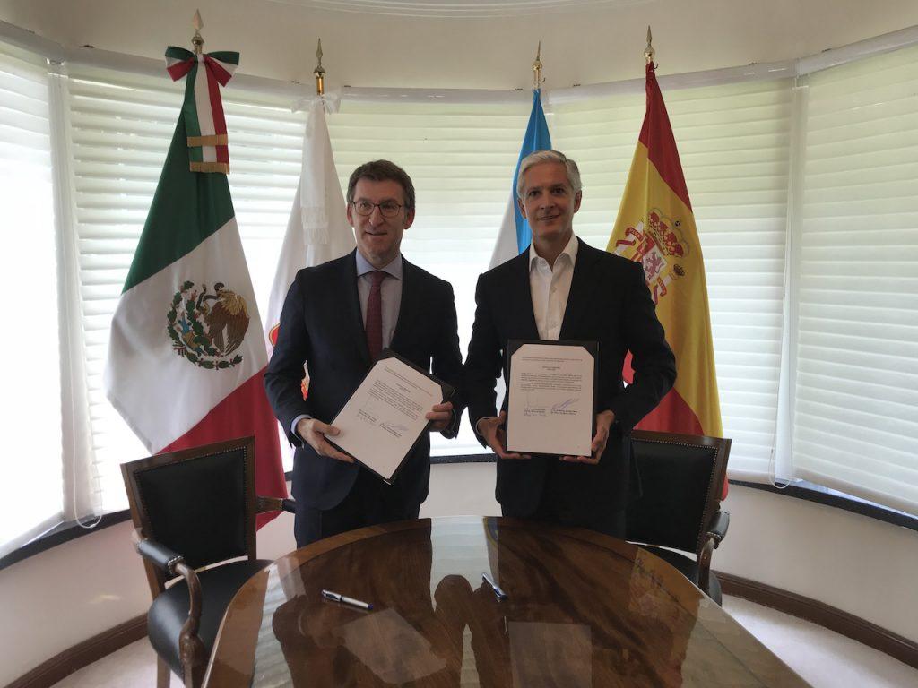 El presidente de la Xunta y el gobernador del Estado de México, Alfredo del Mazo Maza, muestran el acuerdo firmado.
