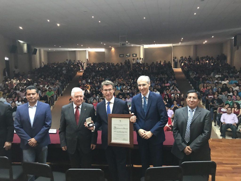 El presidente de la Xunta impartió también una conferencia en la Universidad Tecnológica de la Mixteca (UTM).