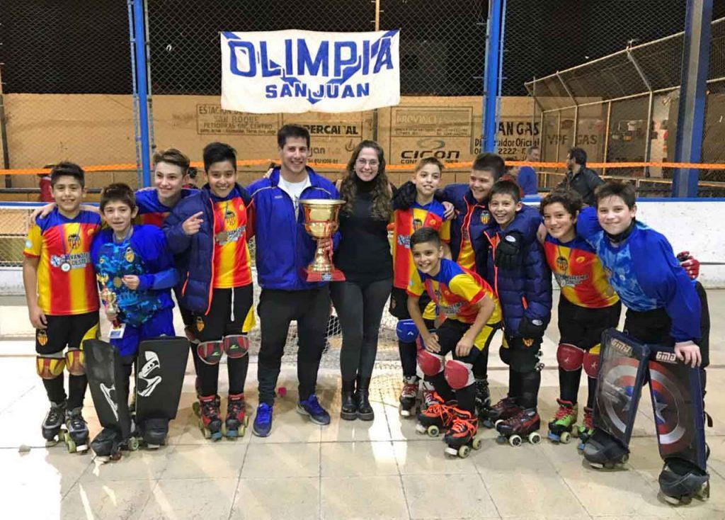 Los miembros del equipo infantil del Centro Valencianos de San Juan con el trofeo.