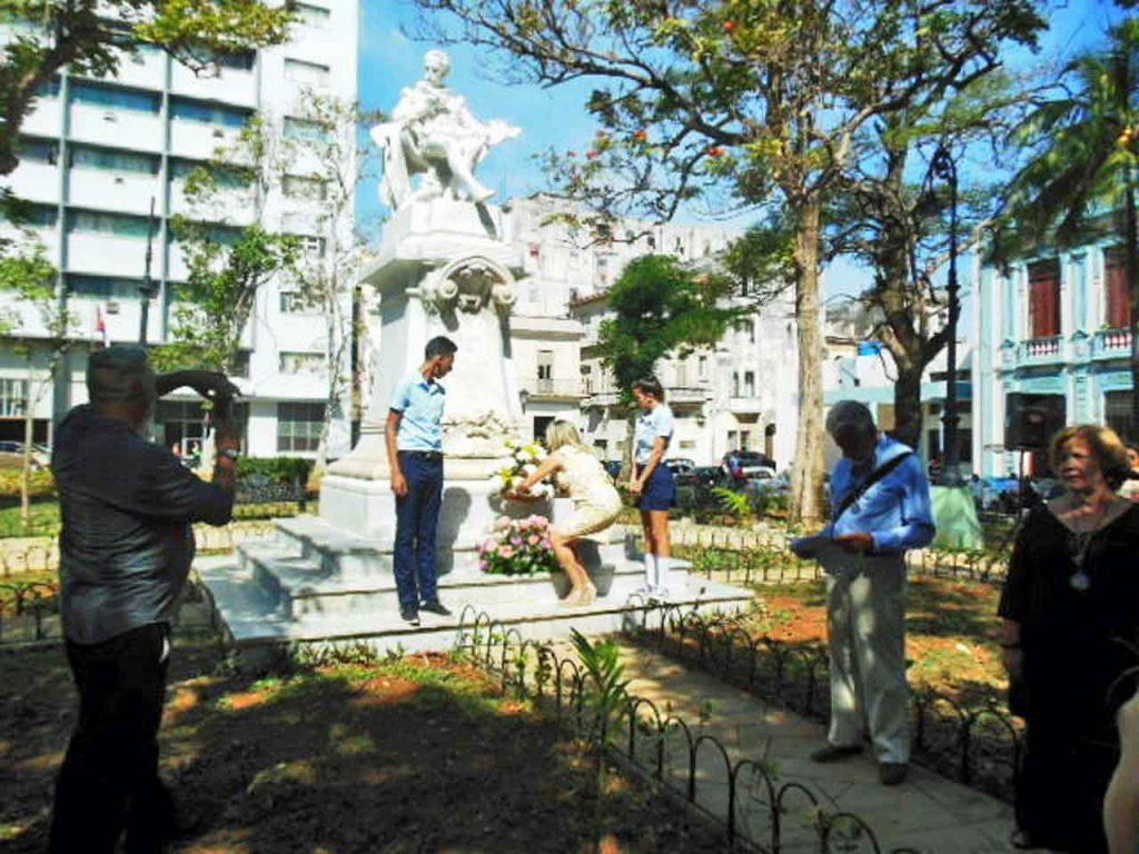 Ofrenda floral en el monumento a Cervantes.