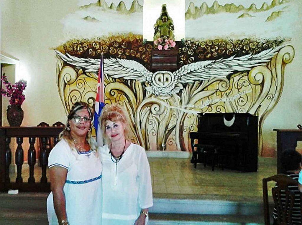 La presidenta de la Casa Asturiana de Matanzas, Perla Díaz, (der.) y la directora del Centro Cultural 'Ermita de Montserrat', Milvia Rivero.