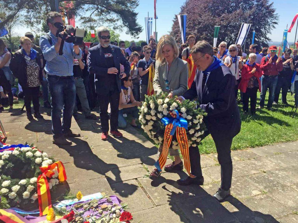 Ximo Puig realizó una ofrenda floral en Mauthausen.