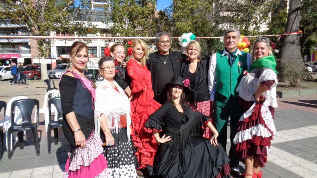 El Ballet España Viva. En el centro de la imagen, vestida de rojo, la canciller del Consulado, Aguas Santas Ocaña.