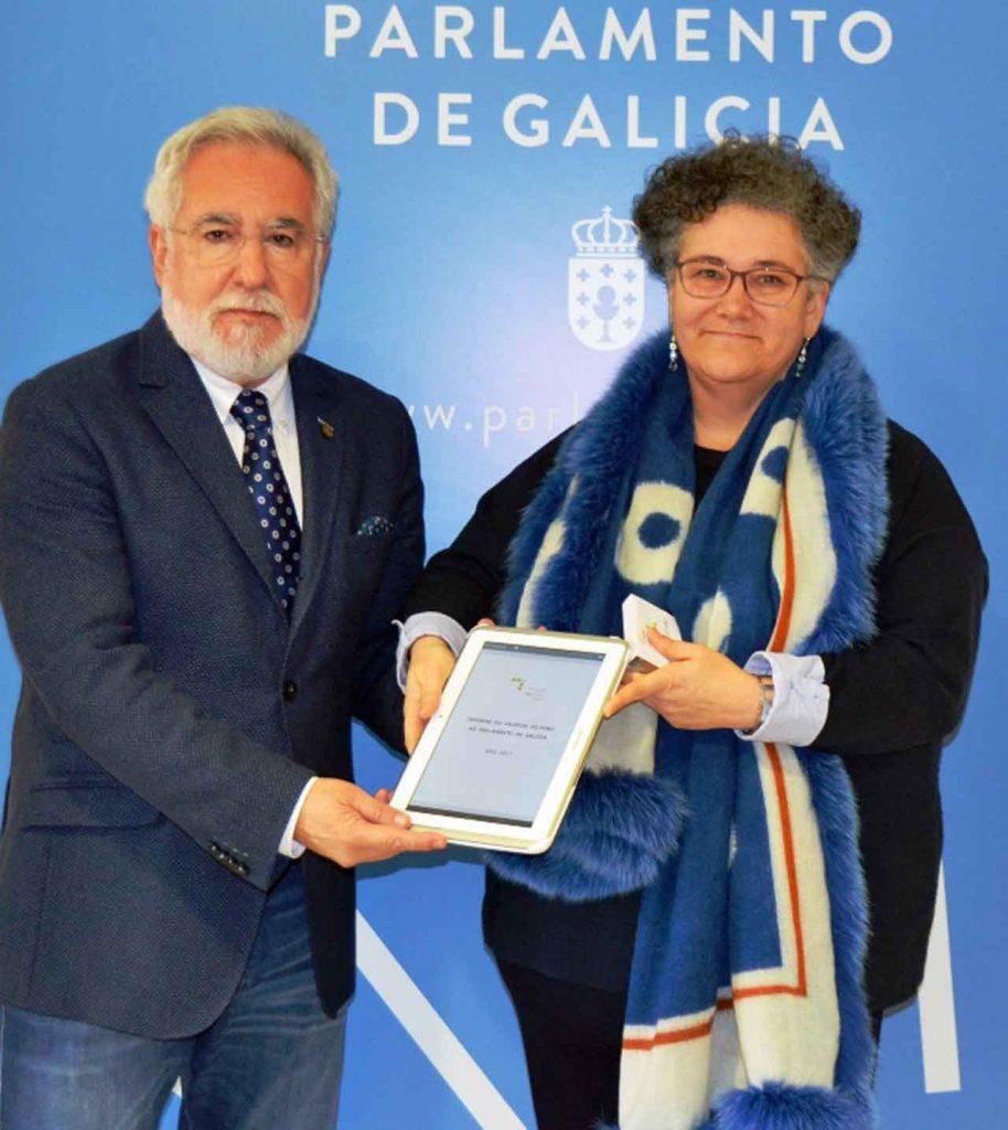 Milagros Otero entregó el Informe Anual 2017 al presidente del Parlamento gallego, Miguel Santalices.