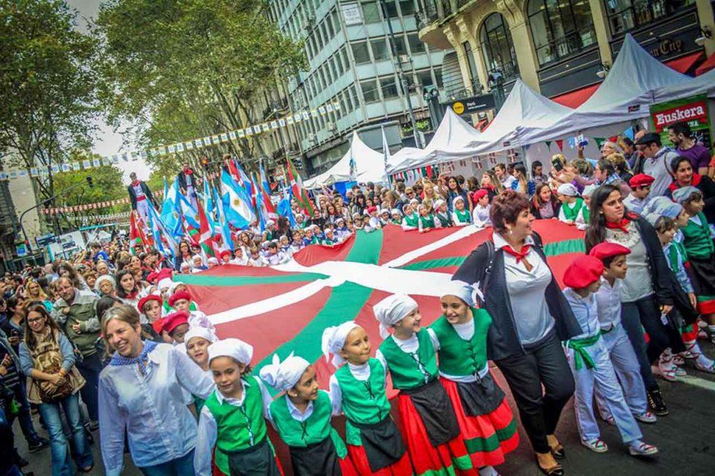 Decenas de miles de personas acudieron al Buenos Aires celebra al País Vasco.
