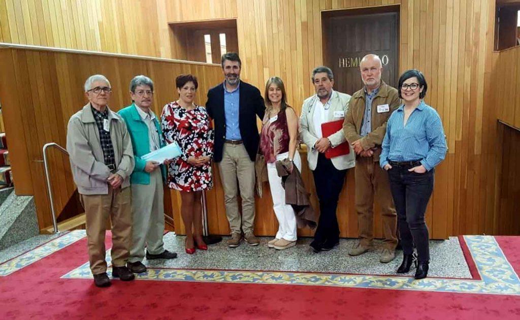 Juan Díaz Villoslada, cuarto por la izquierda, con representantes de la Asociación de Asociación de Pensionados y Jubilados de Venezuela en Galicia y de la Asociación de Retornados de Vimianzo.