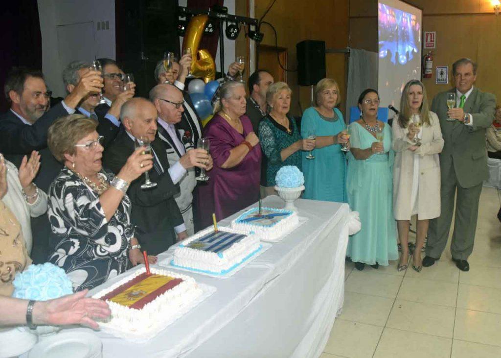 Directivos y autoridades brinda por el aniversario de Alma Gallega.