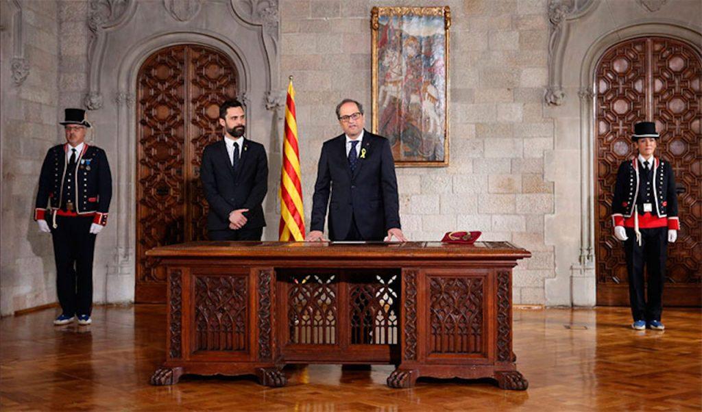 Joaquim Torra, nuevo president de la Generalitat de Cataluña, toma posesión del cargo en presencia del titular del Parlament, Roger Torrent.