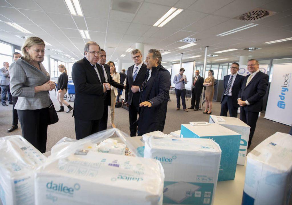 El presidente de la Junta de Castilla y León, Juan Vicente Herrera, visitó la compañía Drylock Technologies en la localidad belga de Zele.