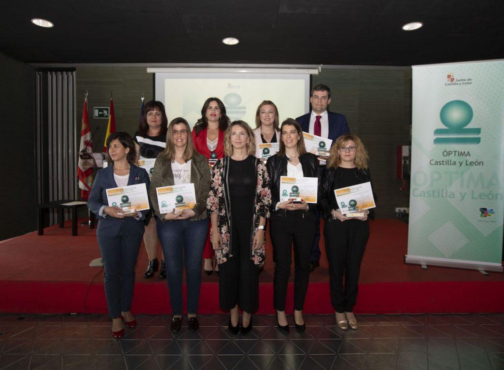 La consejera de Familia e Igualdad de Oportunidades, Alicia García (centro), avanzó esta iniciativa en la entrega de las distinciones 'Óptima Castilla y León 2017', que valoran y reconocen la implantación de medidas de género e igualdad en las empresas.