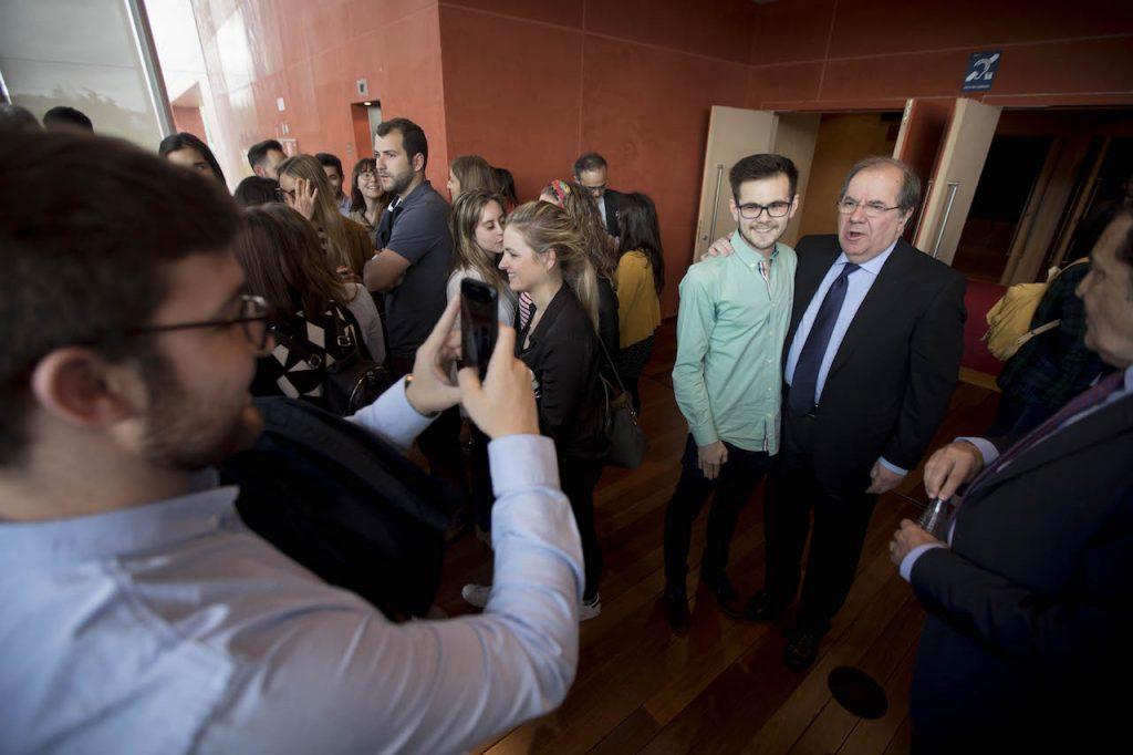 El presidente de la Junta, Juan Vicente Herrera, departió y saludó a los nuevos residentes de la Sanidad de Castilla y León.