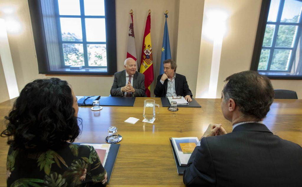 Imagen de la reunión entre el vicepresidente de la Junta y consejero de la Presidencia, José Antonio de Santiago-Juárez, y el presidente de la Red Española para el Desarrollo Sostenible (REDS), Miguel Ángel Moratinos.