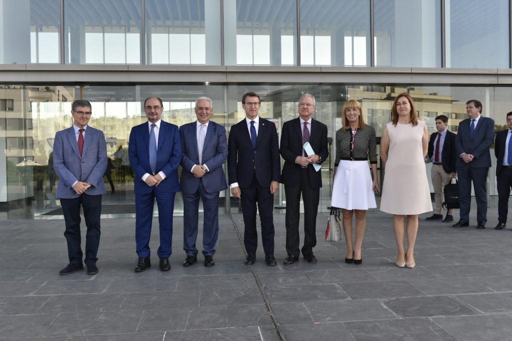 Feijóo posa en Logroño con el resto de autoridades asistentes a la conferencia de la Comisión Sedec 'Europa y el cambio demográfico: un enfoque integrador, sostenible y colectivo'.