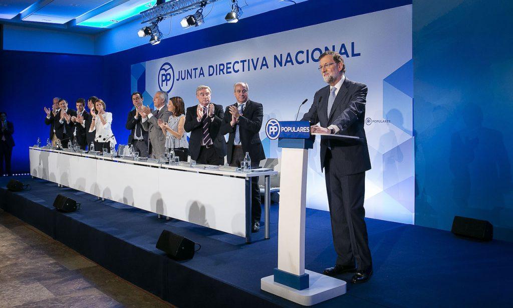 Un Rajoy emocionado recibe el aplauso de altos cargos del PP tras anunciar su retirada.