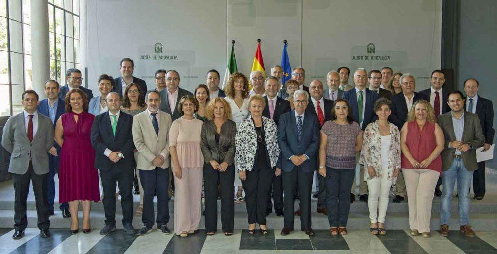 Manuel Jiménez Barrios, con los miembros del Pleno del Consejo de Comunidades Andaluzas en el Exterior.