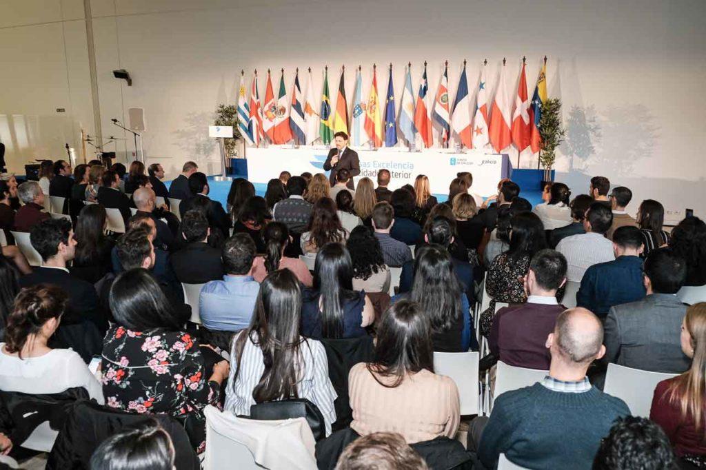 El secretario da Emigración en el acto de entrega de diplomas a los beneficiarios de la primera edición de las BEME celebrado el pasado febrero.