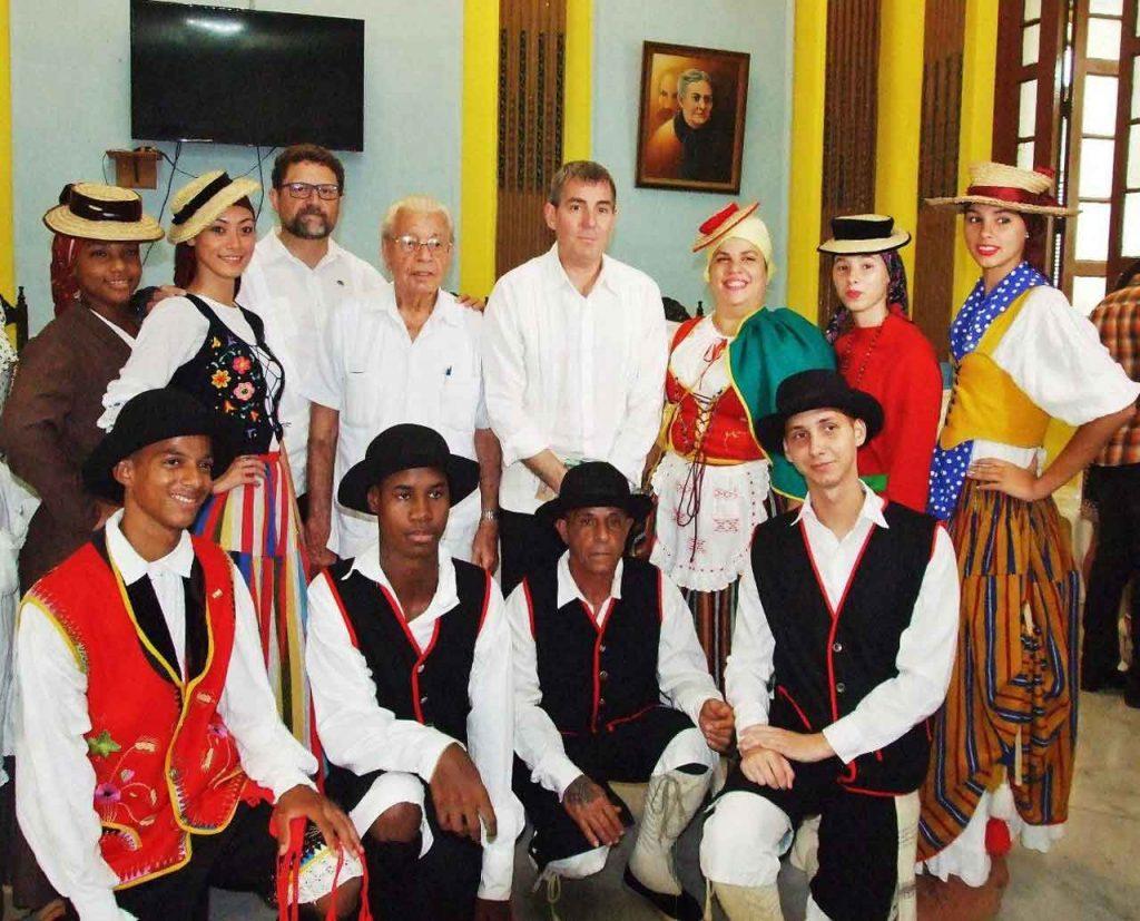 En segunda fila, Juan José Buitrago, Fernando Clavijo y Carmelo González con jóvenes del grupo folclórico 'Islas Canarias'.