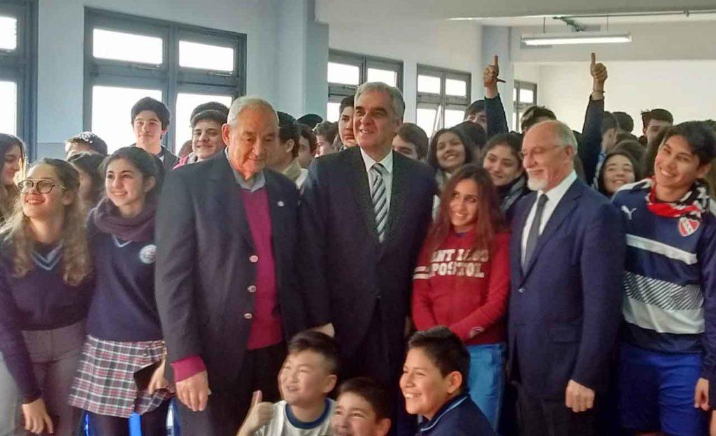 El embajador, en el centro, rodeado por los alumnos del Instituto Santiago Apóstol de Buenos Aires.