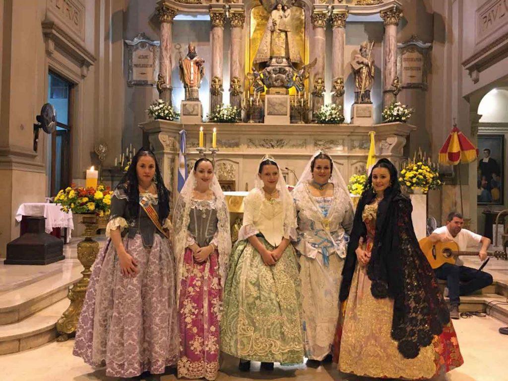 Las integrantes del cuerpo de danzas lucieron los trajes típicos de la Comunidad Valenciana.