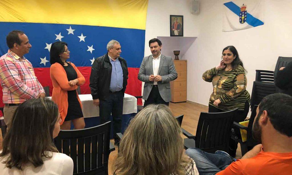 Antonio Rodríguez Miranda, y el presidente de la Federación de Venezolanos en Galicia (Fevega), Manuel Pérez, con representantes y usuarios de la oficina de información de Vigo.