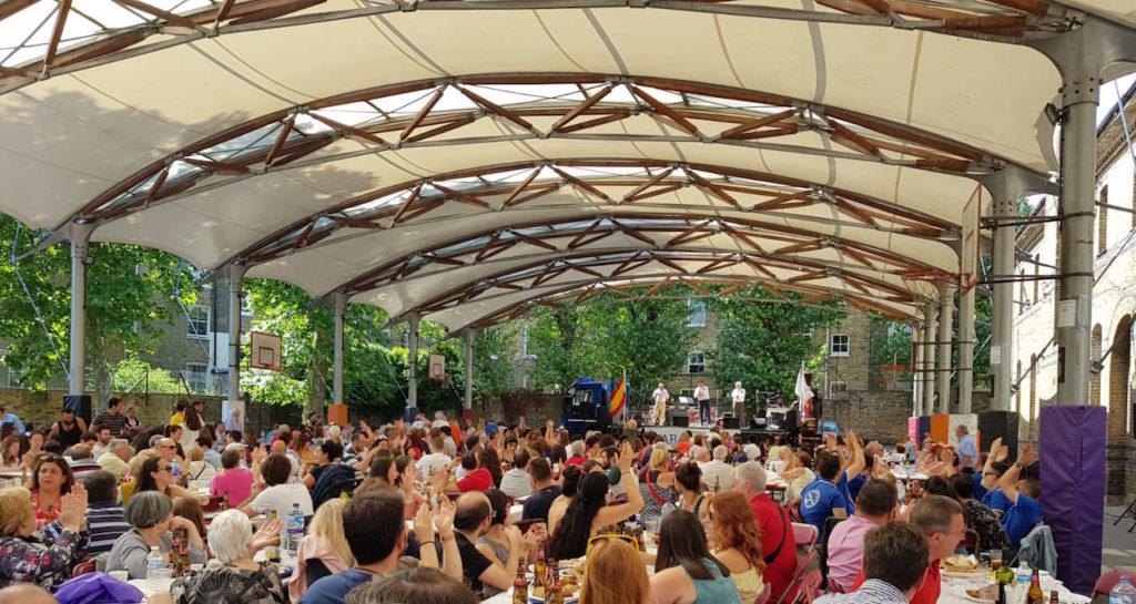 Una panorámica del patio del instituto Vicente Cañada Blanch, abarrotado de emigrantes por el Día de Galicia, durante el acto.