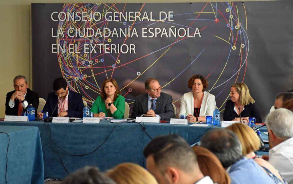 El director general de Migraciones, Agustín Torres, José Cano, PIlar Cancela, el preisdente del CGCEE, Eduardo Dizy, Sara Vilà y Ana Oramas.