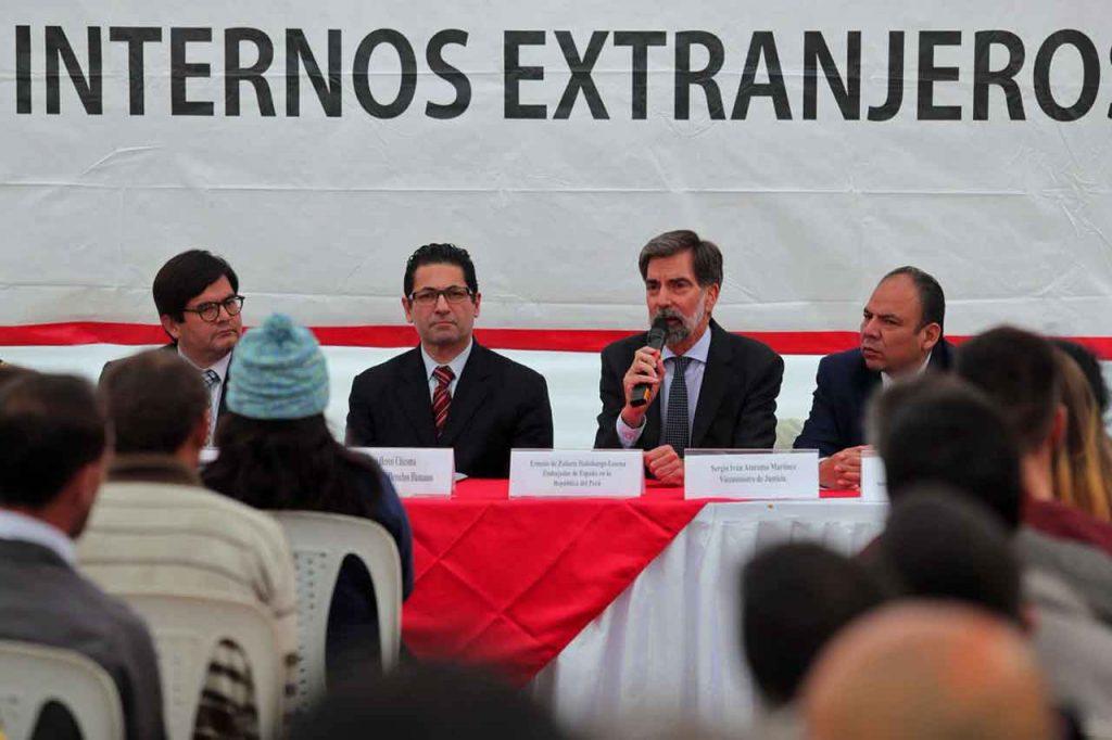 El embajador español en Perú, Ernesto de Zulueta, junto a otros dirigentes del Gobierno peruano en el acto de despedida de los trasladados.