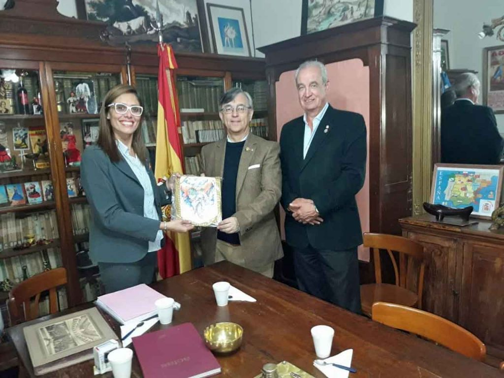 Andrea Paola Tolosa con los dirigentes rotarios.