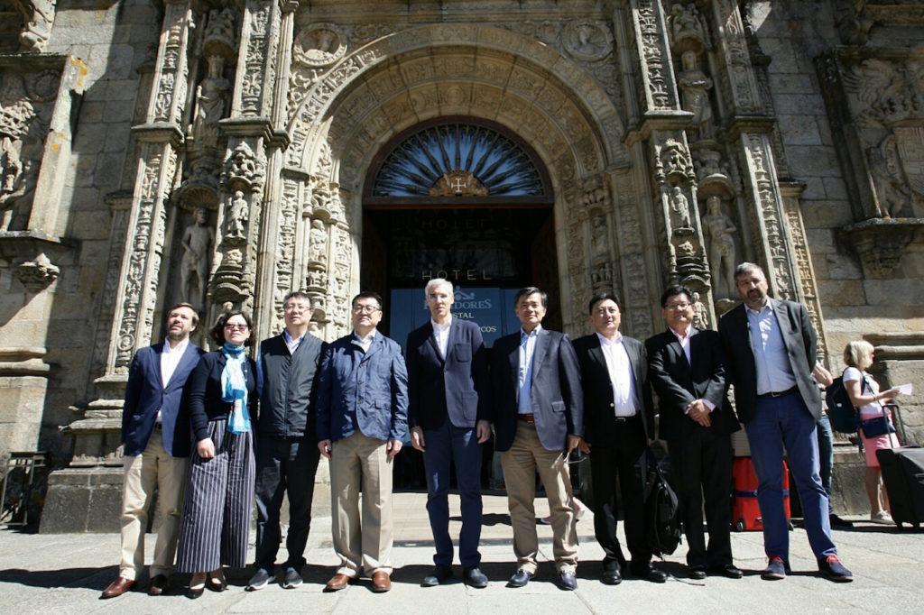 El conselleiro de Economía, Emprego e Industria, Francisco Conde, recibió a Shi Ming Fang, presidente del grupo Bright Food, principal accionista de Albo, en Santiago.
