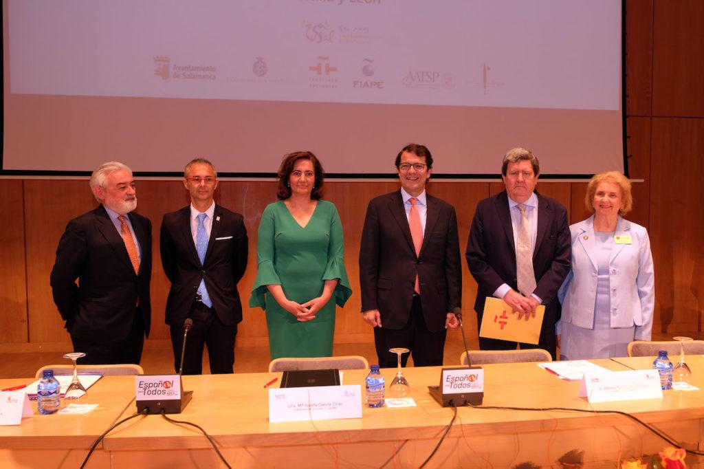 La consejera María José García Cirac y el resto de autoridades asistentes a la inauguración.