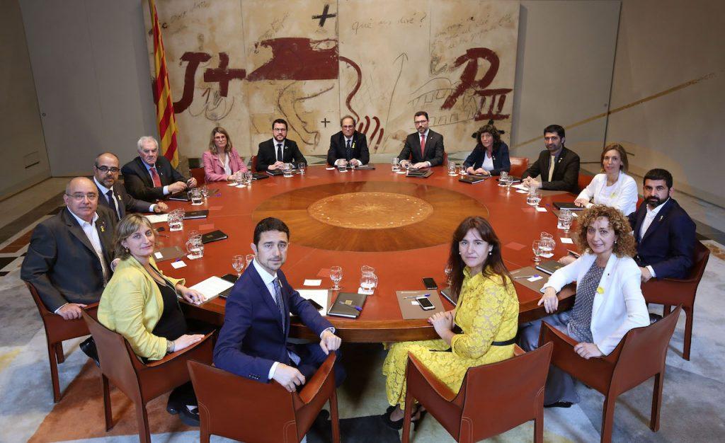 El nuevo equipo de gobierno de la Generalitat de Cataluña al completo, en su primera reunión.